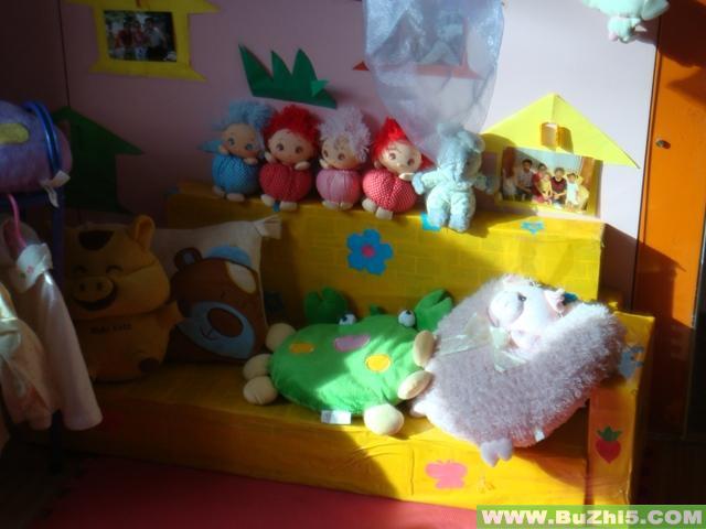 幼儿园活动区布置  卡通娃娃家小班活动区布置下载说明:在图片上点击