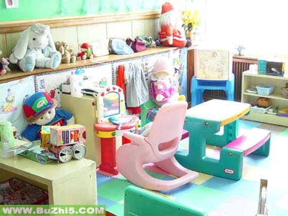 幼儿园活动区布置  娃娃家之学习书桌布置小班活动区布置下载说明:在