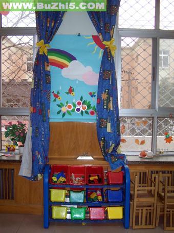 幼儿园墙面布置:小朋友手拉手;